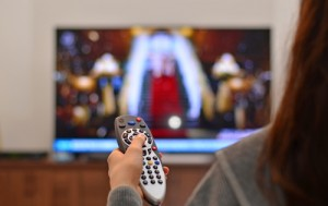 kvinna kollar tv